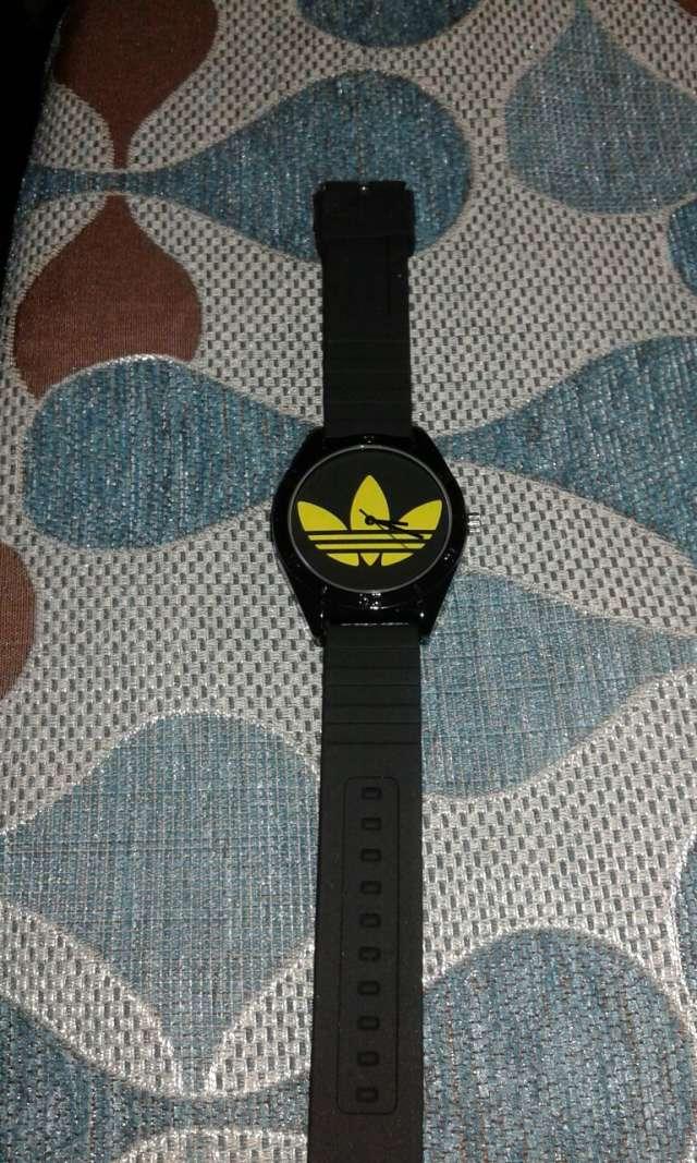 Reloj adidas para hombres color negro con dorado , Ver estas fotos en detalle