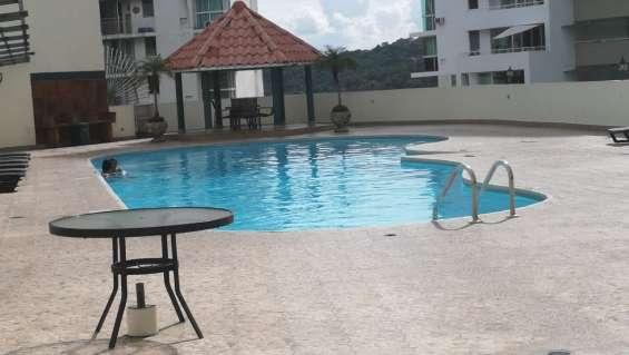 Amplia piscina y salon de fiestas
