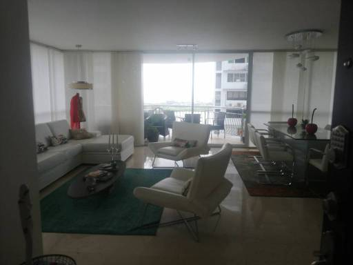 El aprto. tiene muy buena distribución. amplia sala comedor. acogedor y amplio dem o family room. espacioso balcón con vista al mar. on